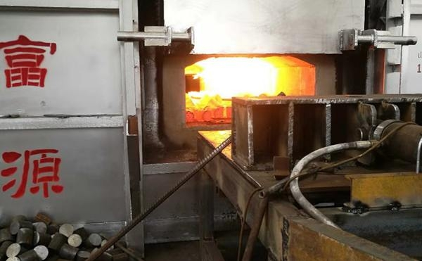 蓄热式锻造炉使用中